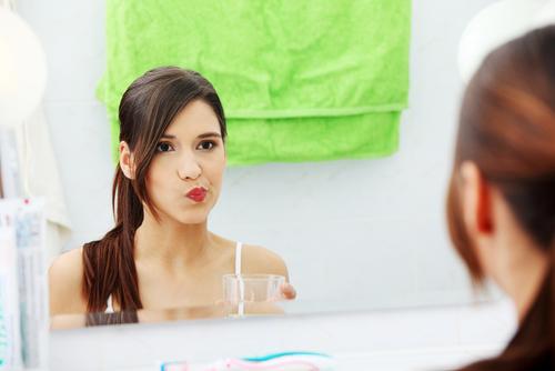 wybielający płyn do płukania jamy ustnej